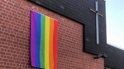 Regenbogen-Fahne wird wieder aufgehängt